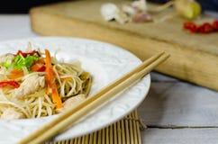 Macarronetes do mein da comida com galinha, cogumelos, cenouras e cebolas Fotos de Stock Royalty Free