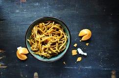 Macarronetes do mein de Lo do chinês na bacia com opinião superior de cookies de fortuna fotografia de stock royalty free