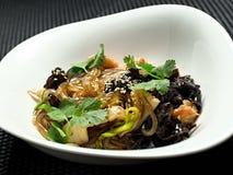Macarronetes do trigo mourisco com galinha e vegetais dentro foto de stock royalty free