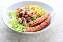 Macarronetes do Udon com carne de porco grelhada fotografia de stock royalty free