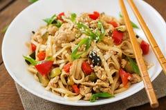 Macarronetes do Udon com carne e vegetais Imagem de Stock