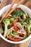 Macarronetes do Udon com vegetais Foto de Stock