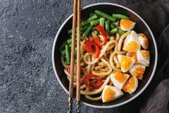 Macarronetes do udon da fritada da agitação fotos de stock