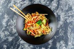 Macarronetes do Udon do vegetariano com vegetais imagem de stock