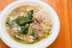 Macarronetes e carne de porco finos de arroz no molho grosso (Rad Na) Imagem de Stock