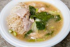 Macarronetes e carne de porco finos de arroz no molho grosso (Rad Na) Foto de Stock Royalty Free