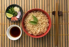 Macarronetes e ingrediente no bambu Fotografia de Stock