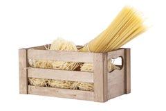 Macarronetes e massa em uma cesta de madeira Fotografia de Stock Royalty Free