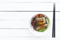 Macarronetes em Tailândia, macarronete da carne na tabela branca de madeira Fotografia de Stock Royalty Free