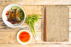 Macarronetes em Tailândia, macarronete da carne na tabela de madeira Vista superior Foto de Stock