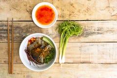 Macarronetes em Tailândia, macarronetes da carne na tabela de madeira Fotos de Stock Royalty Free