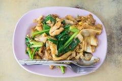 Macarronetes finos ateados fogo com molho de soja, alimento tailandês Fotografia de Stock Royalty Free
