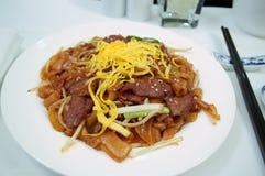Macarronetes fritados da comida da carne divertimento chinês Fotografia de Stock Royalty Free