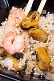 Macarronetes fritados do udon com marisco Foto de Stock