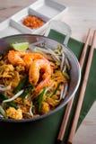 Macarronetes fritados tailandeses com camarão (almofada tailandesa), cuis popuplar de Tailândia fotografia de stock