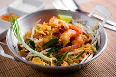 Macarronetes fritados tailandeses com camarão (almofada tailandesa), cuis popuplar de Tailândia fotografia de stock royalty free