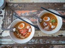 Macarronetes na sopa picante tailandesa de tom yum foto de stock royalty free