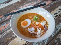 Macarronetes na sopa picante tailandesa de tom yum com alimento de mar fotografia de stock