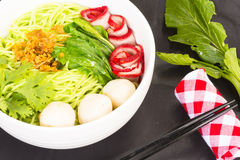 Macarronetes no Vagabundo-Mee-MOO-Dang de Tailândia ou na massa de Ásia e macarronetes secados com ingrediente Fotos de Stock