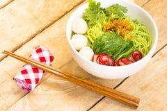 Macarronetes no Vagabundo-Mee-MOO-Dang de Tailândia ou na massa de Ásia na tabela de madeira Opinião ascendente e superior do fim Imagem de Stock Royalty Free