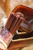 Macarronetes pretos do soba do arroz com uma bacia e uma placa Fotos de Stock