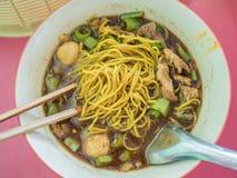 Macarronetes tailandeses com carne de porco em uma bacia, Foto de Stock Royalty Free