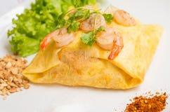 Macarronetes tailandeses da almofada fritados em envoltórios do ovo fotografia de stock royalty free