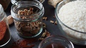 Macarronetes, vinagre e gengibre pretos de arroz Culinária asiática vídeo vídeos de arquivo