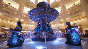 Macau, China - em maio de 2018: Uma fonte no salão do hotel do ` de Veneza Uma grande fonte filme