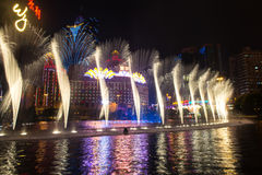 Macau, China - 2014 10 15: Macau - a capital de jogo de Ásia A foto da mostra da fonte da dança no hotel famoso de Wynn Imagens de Stock