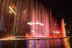 Macau, China - 2014 10 15: Macau - a capital de jogo de Ásia A foto da mostra da fonte da dança no hotel famoso de Wynn Foto de Stock Royalty Free