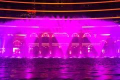 Macau, China - 2014 10 15: Macau - a capital de jogo de Ásia A foto da mostra da fonte da dança no hotel famoso de Wynn Imagens de Stock Royalty Free