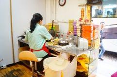 Macau, China: Os petiscos processados das mulheres Fotos de Stock