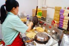Macau, China: Os petiscos processados das mulheres Imagem de Stock