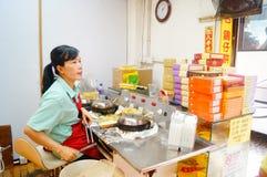 Macau, China: Os petiscos processados das mulheres Foto de Stock Royalty Free