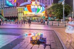 MACAU CHINY, KWIECIEŃ, - 2014: Miasto linia horyzontu z kasyn światłami przy n Fotografia Stock