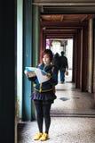 Macau, Feburary 28 th 2016 -: Kobieta turyści Widzii mapę Zdjęcia Stock