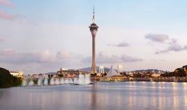 Macau-Kontrollturm durch Ufergegend von Macao, China Lizenzfreies Stockbild