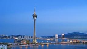 Macau-Kontrollturm und Brücke auf einer blauen Sommernacht Lizenzfreie Stockfotos