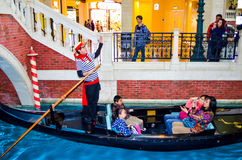 Macau Macau, Jan, - 17,2014: Niezidentyfikowany turystyczny bierze gondora Zdjęcie Stock
