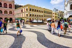 MACAU, PORCELANOWY — Maj 2015: Senado Obciosuje, wiele turyści na Largo robi Senado fotografia stock