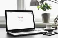 Macbook赞成与在屏幕上的谷歌app 免版税图库摄影