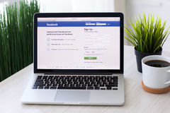MacBook赞成与在scree的社会网络服务Facebook 免版税库存照片