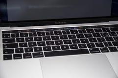 Macbook赞成2016种接触酒吧 免版税库存照片