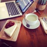 Macbook торта latte зеленого цвета работы доброго утра стоковые фото