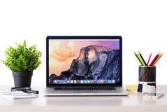MacBook con OSX Yosemite la pantalla en la tabla Foto de archivo