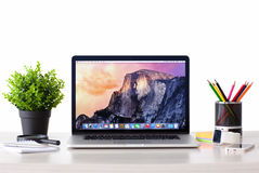 MacBook con OSX Yosemite lo schermo sulla tavola Fotografia Stock