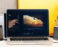 Macbook dotyka baru prezentaci bradee Evans Pro photoshop oled Zdjęcia Royalty Free