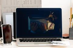 Macbook dotyka baru prezentaci ewoluci Pro laptop Zdjęcia Stock