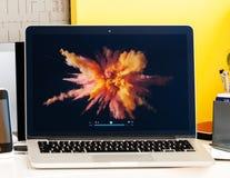 Macbook dotyka baru prezentaci Jhony Ive Pro film Obraz Stock